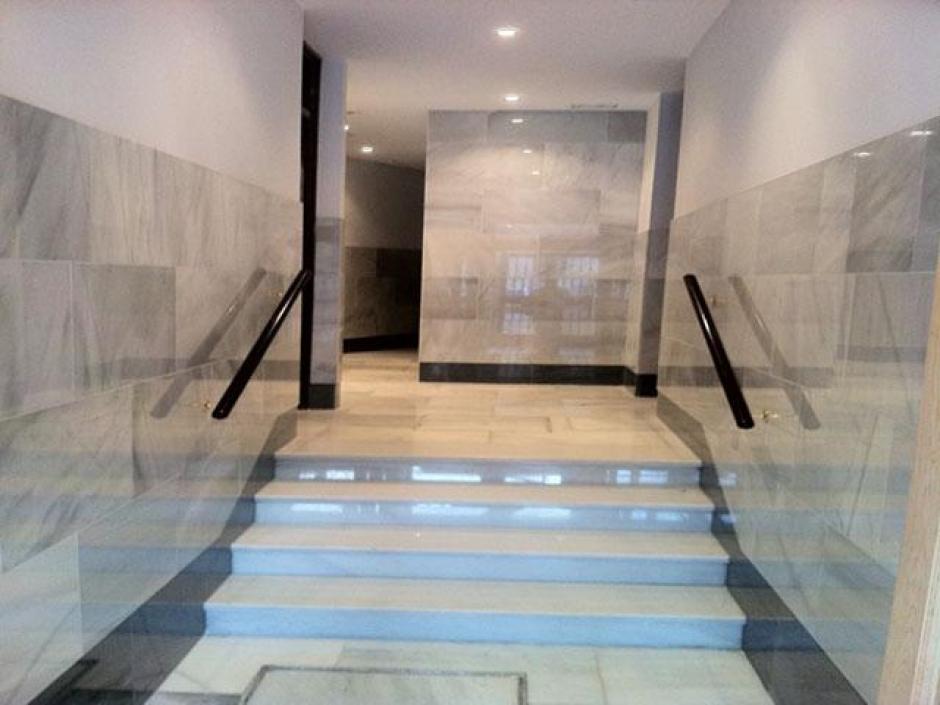 Escalera de portal en m rmol blanco macael for Marmol blanco real